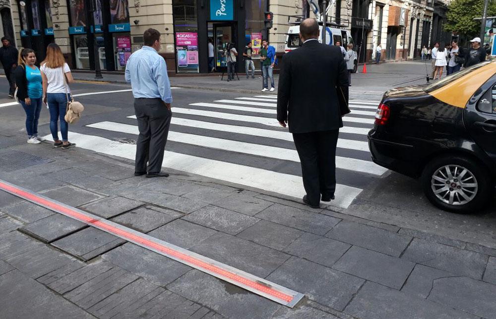 Llegaron los semáforos de piso a la ciudad de Buenos Aires