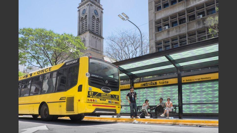 El Metrobus de Cabildo innova con cargadores para el celular en las paradas